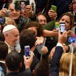 Misericórdia também é dar bom conselho e valores, lembra Papa