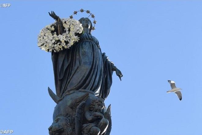 Papa homenageia a Virgem Maria e pede por crianças abandonadas