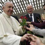 Paróquias não devem cobrar para dedicar a Missa a um defunto, afirma o Papa