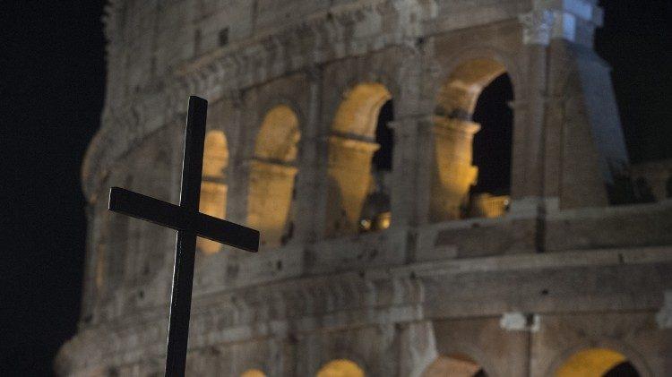 Via-Sacra: Papa confia aos jovens as meditações no Coliseu