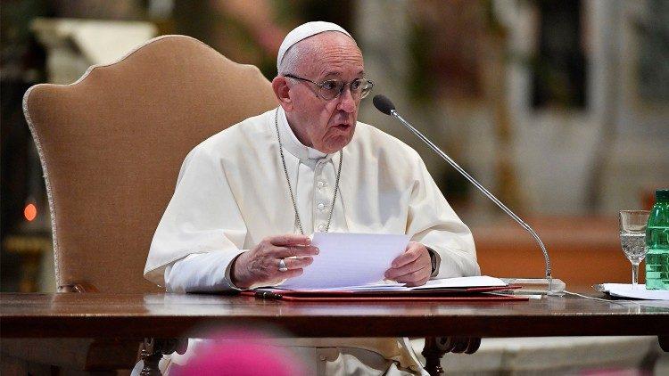 Papa: pastoral da família acolha também quem escolhe conviver sem se casar
