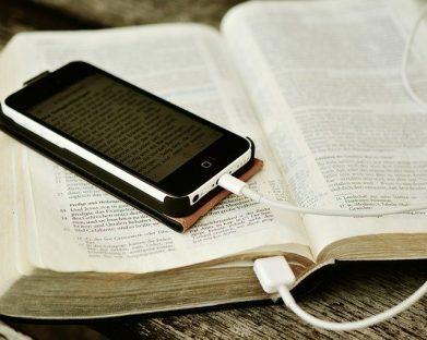 Bíblia no celular, nas redes sociais e com leitura pública durante 24h: as provocações do Papa e da Igreja